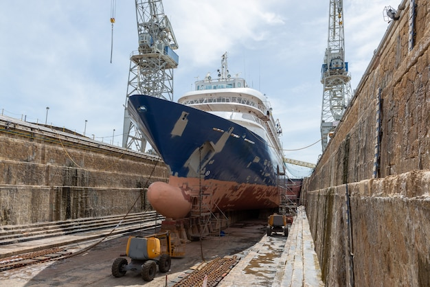 Embarcação de passageiros em doca seca no estaleiro de reparação de navios