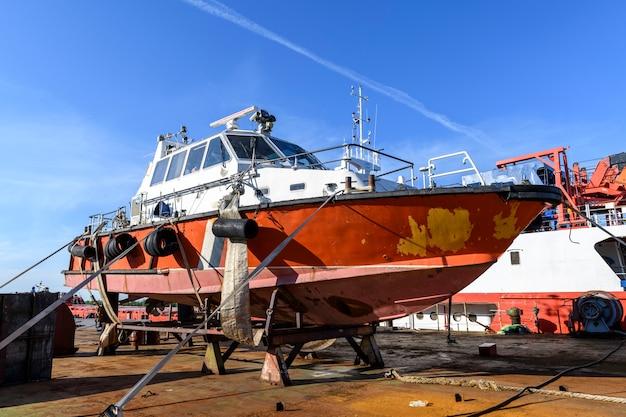 Embarcação de pequeno porte em terra no pátio de reparos
