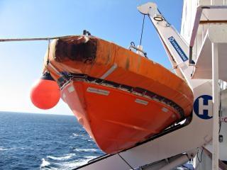 Embarcação salva-vidas laranja