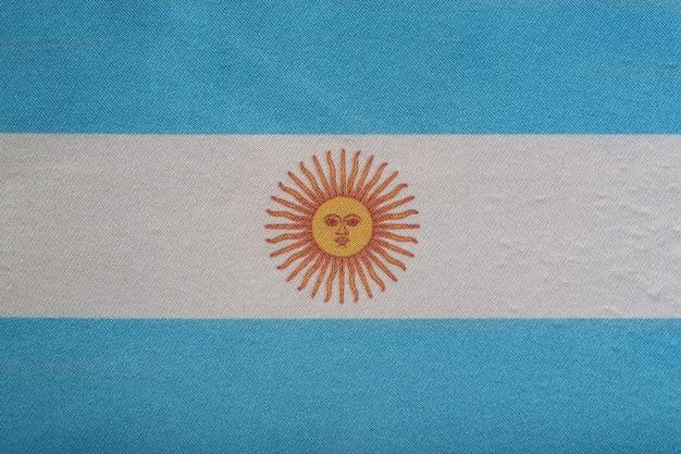Emblema nacional da argentina. bandeira da argentina em close-up. bandeira branca e azul com sol.
