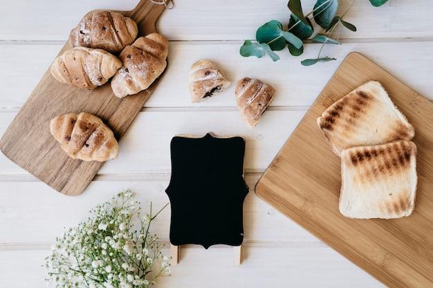 Emblemas, croissants, torradas e plantas