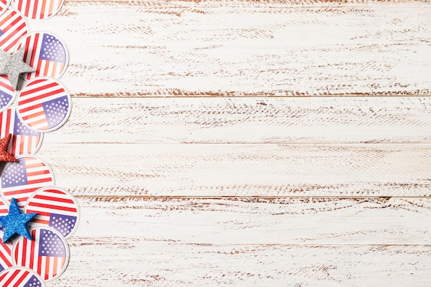Emblemas de bandeira eua e estrelas no pano de fundo texturizado de madeira branco