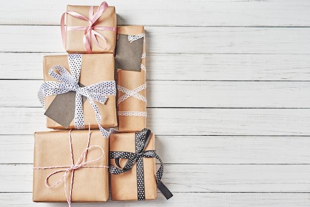 Embrulhado caixas de presente com fita em um fundo branco, copie o espaço