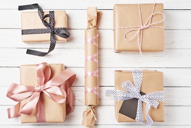 Embrulhado caixas de presente com fita em um fundo branco, vista superior