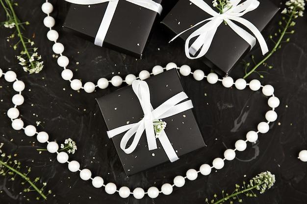 Embrulhando presentes modernos de natal ou aniversário