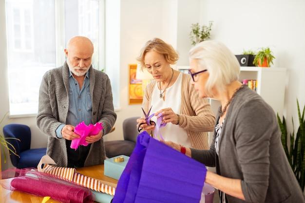 Embrulhar presentes. ótimos idosos juntos em um hobby criativo