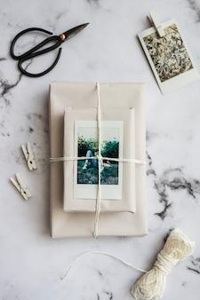 Embrulhe pacote em mármore
