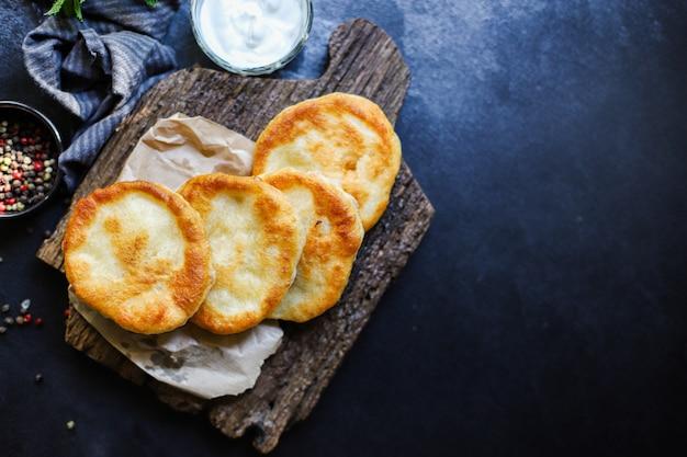 Embrulhe tortilhas de pão achatado com farinha e água com massa frita caseira
