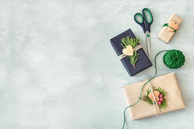 Embrulho de natal. caixa de presente, presente com papel de embrulho de artesanato, barbante, coniferous branche