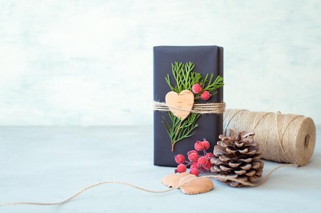 Embrulho de natal. caixa de presente, presente com papel de embrulho de artesanato, guita