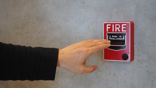 Emergência de alarme de incêndio ou equipamento de alerta ou aviso de campainha e mão. no edifício por segurança.