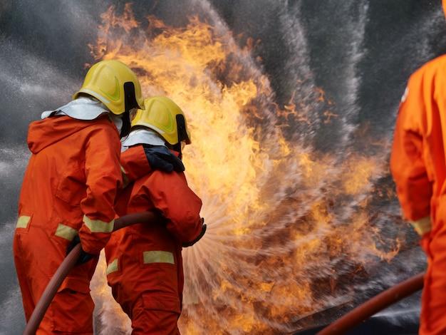 Emergência de fogo de formação de bombeiro em ação