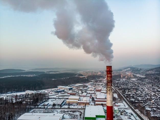 Emissão de fumaça de canos de fábrica.