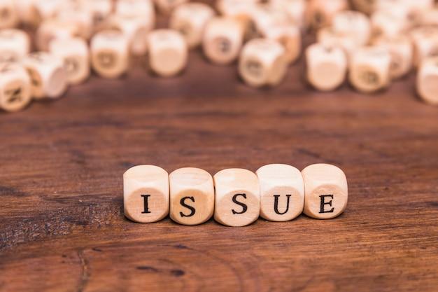 Emitir palavra em cubos de madeira