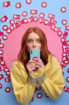 Emocional feminino obcecado com internet. mãos femininas amarradas com corrente, sem nenhum interesse além de smartphone