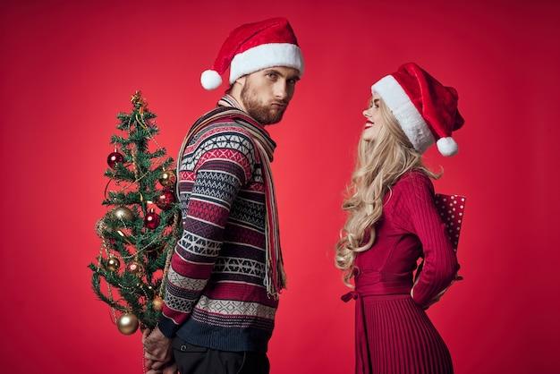 Emocional homem e mulher presentes natal ano novo fundo vermelho