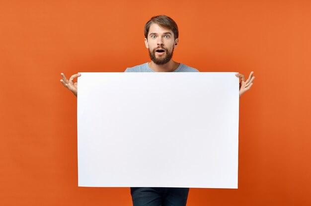 Emocional homem publicidade marketing cópia espaço estúdio estilo de vida. foto de alta qualidade