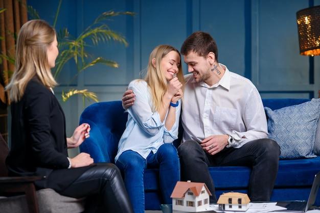 Emocionante jovem casal com um conjunto de chaves de sua própria casa, plana.