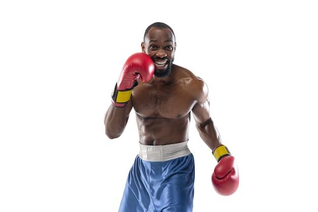Emoções brilhantes de boxeador profissional isolado no fundo branco do estúdio, emoção no jogo