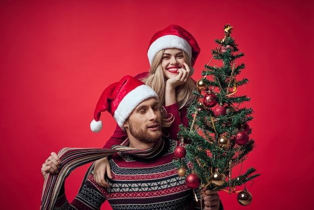 Emoções de alegria de ano novo lindo casal jovem alegre