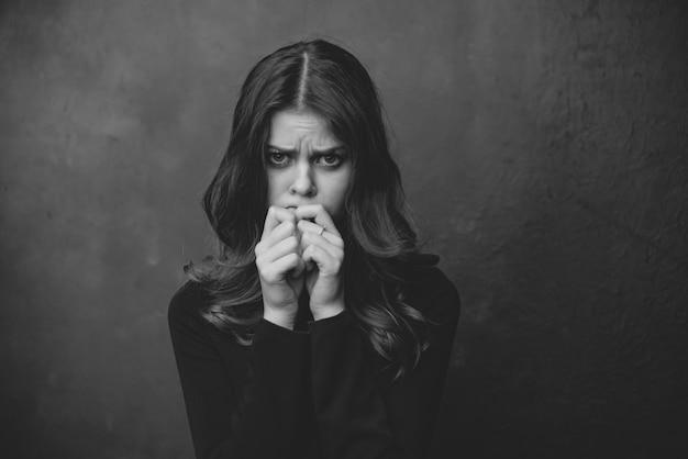 Emoções de mulher bonita medo mãos perto do rosto