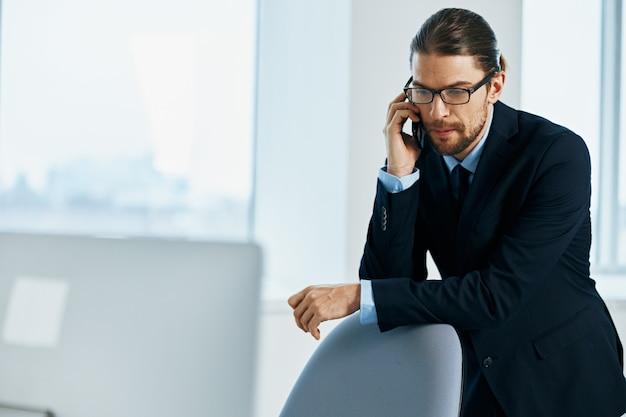 Emoções do trabalhador de escritório trabalhar documentos da cabeça executivo