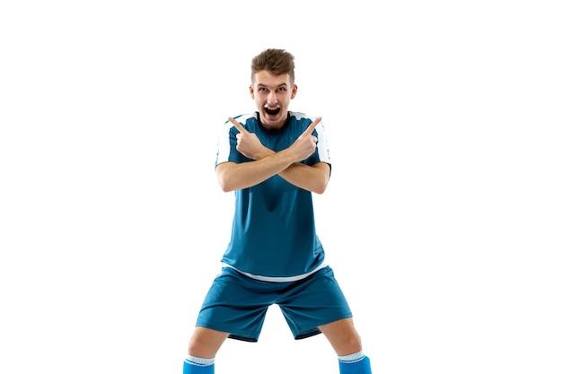 Emoções engraçadas de jogador de futebol profissional isolado na emoção do fundo branco do estúdio