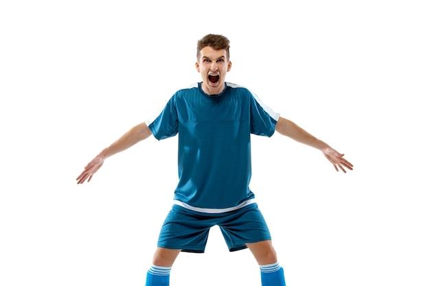 Emoções engraçadas de jogador de futebol profissional isolado no fundo branco do estúdio, emoção
