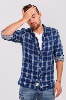 Emoções. jovem de camisa azul