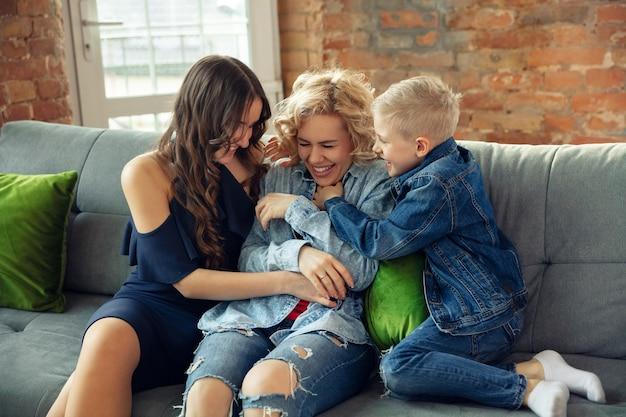 Emoções. mãe, filho e irmã em casa se divertindo