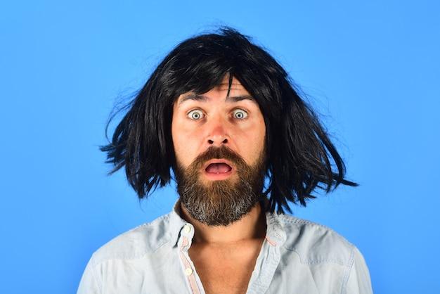 Emoções surpreendeu o homem na peruca surpreendeu o retrato de um homem barbudo de um homem surpreso isolado peruca colorida