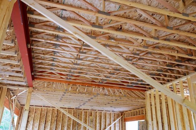 Emoldurando a construção de estruturas de madeira inacabadas ou uma casa