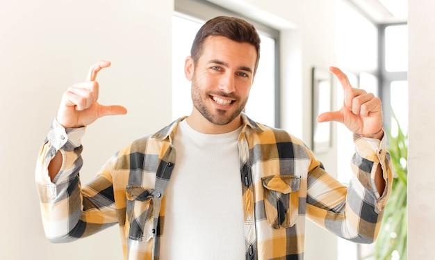 Emoldurando ou delineando o próprio sorriso com as duas mãos, parecendo positivo e feliz, conceito de bem-estar