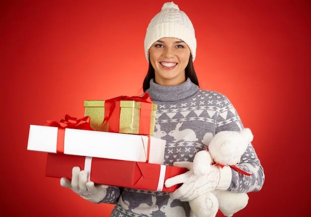 Empacotar procurando giftbox presente sorrindo