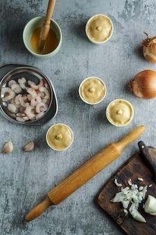 Empada de camarao ou empadinha é petisco tradicional da culinária brasileira, pequena tarte salgada recheada com camarão