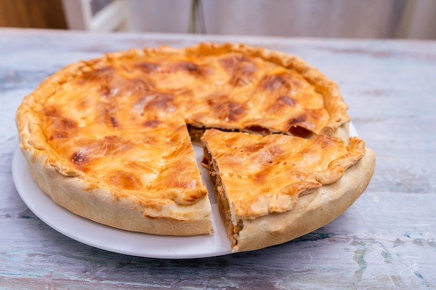 Empanada gallega, planta tradicional da cozinha galega, em espanha, tarte com atum e legumes. cozinha tradicional.