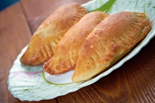 Empanada - patê de carne frita argentina. pão recheado ou pastelaria assada ou frita em muitos países da europa latina, américa latina, sudoeste dos estados unidos e partes do sudeste asiático