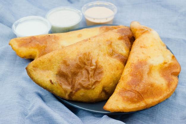 Empanadas venezolanas close-up. essas empanadas também são consumidas na colômbia, geralmente no café da manhã ou no almoço, e podem ser caseiras ou compradas em um mercado de rua local