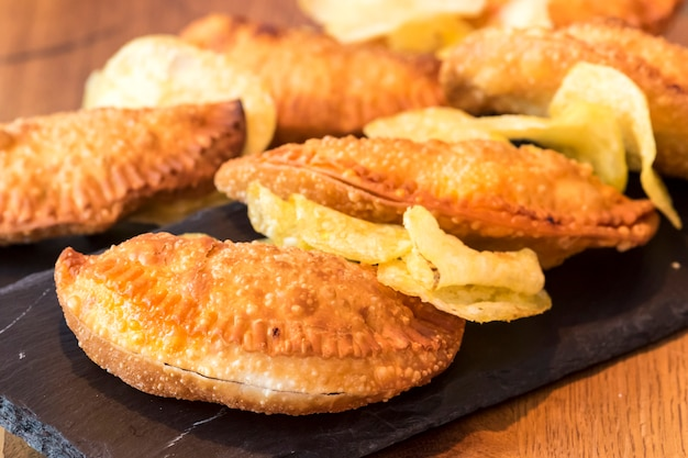 Empanadillas espanhol na ardósia