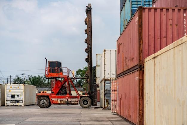 Empilhadeira carregando caixa de contêiner para logística de importação, exportação e indústria de transporte.