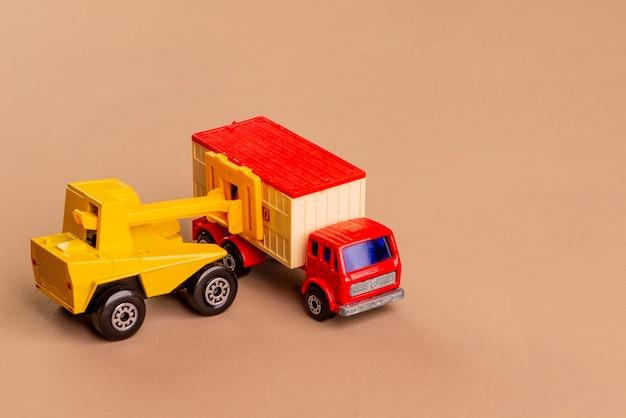 Empilhadeira colocando carga em um caminhão