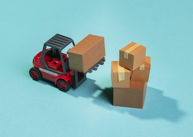 Empilhadeira de ângulo alto e arranjo de caixas