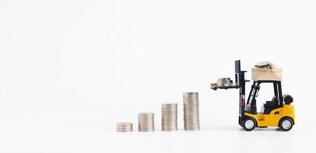 Empilhadeira em miniatura carregando moedas de dinheiro adicionar ao crescimento pilemoney moedas isoladas