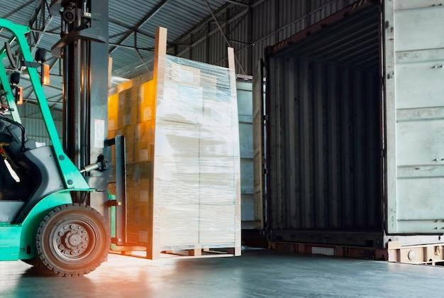 Empilhadeira trator carregando caixas de pacotes para transporte logístico de armazém de contêiner de carga transporte