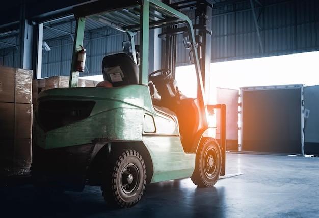 Empilhadeira, trator e estacionamento no armazém