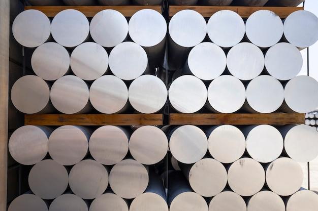 Empilhados de barras de alumínio na fábrica de perfis de alumínio