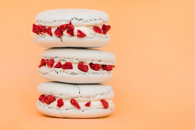 Empilhados de biscoito branco contra o fundo colorido