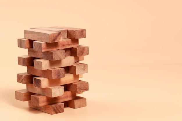 Empilhamento de blocos de madeira, crescimento financeiro e empresarial