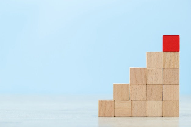 Empilhamento de blocos de madeira em etapas, conceito de sucesso do crescimento do negócio