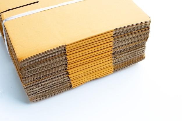Empilhamento de caixas de papelão em fundo branco.